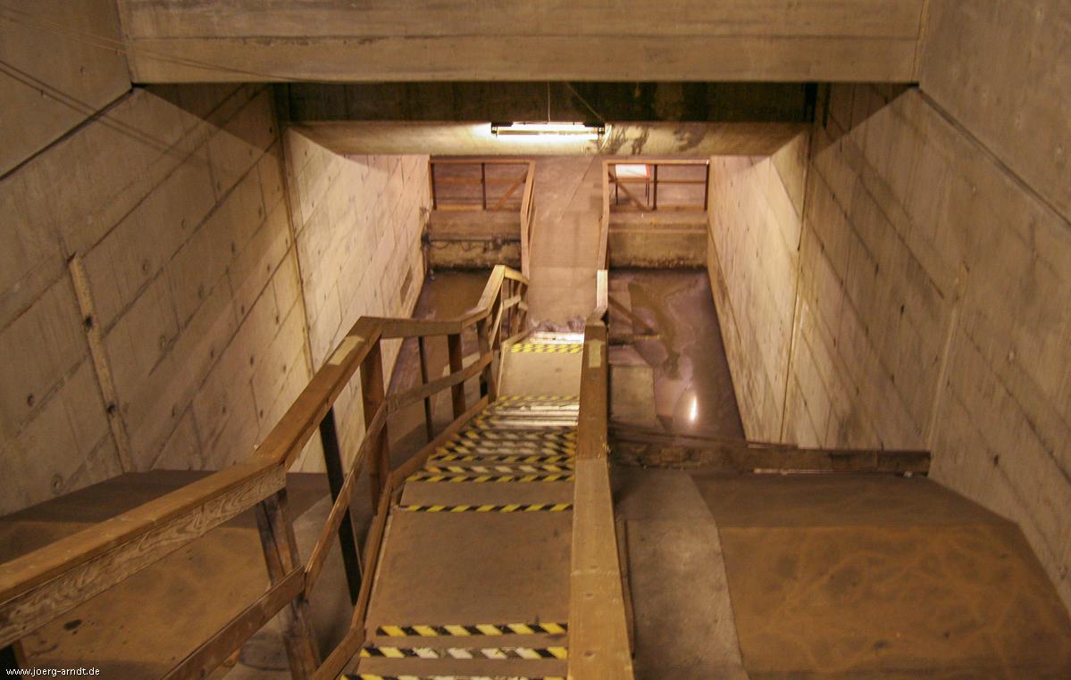 ...dass sich dahinter eine steile Holztreppe in den Untergrund verbirgt.