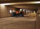 Unsere nette Reiseleitung erläutert der Gruppe die Geschichte des U-Bahn-Baus in Hannover Ende der sechziger Jahre.