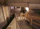 """Treppe hinunter in die """"Geisterstation"""": Sie liegt unter der bestehenden Station, was kurze Umsteigewege sicherstellen sollte. Der Rohbau musste fertig gestellt werden, sonst hätte aus technischen Gründen die Station darüber nicht errichten werden können."""