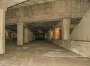 An beiden Seiten sind die Bahnsteige zu erkennen. Der weitere Tunnelverlauf wurde nie gegraben. Hinter der Mauer am Ende der Station befindet sich daher Erdreich.