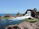 Seit ein paar Jahren funktioniert der Wasserfall am westlichen Strandabschnitt leider nicht mehr.