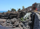 Am gesamten Strand sind Duschen, Toiletten und Umkleidekabinen vorhanden. Auch mehrere Restaurants und Bars gibt es.