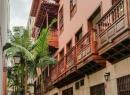 In einer Seitenstraße gibt es an den Häusern die typischen kanarischen Balkone zu sehen.