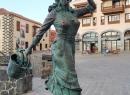 """Ein paar Meter weiter """"eilt"""" diese Statue mit ihrem Fang nach Hause."""