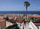 Im Hintergrund ist der Leuchtturm von Puerto de la Cruz zu sehen. Er steht zurzeit noch auf einer Brachfläche, die als Parkplatz genutzt wird. Irgendwann einmal soll hier ein Jachthafen entstehen.