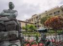 Dort wartet fröhlich grinsend diese Statue: Paco Afonso - der irgendwann mal irgendwo Bürgermeister war - wahrscheinlich in Puerto...