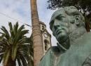 Dieser Herr steht vor der Iglesia Nuestra Senora de la Pena de Francia. Es ist Agustín de Béthencourt, der sich als Ingenieur Ende des 18. Jahrhunderts einen Namen machte.