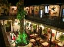 Blick in den Innenhof des Rincon del Puerto an der Westseite der Plaza: Hier gibt es diverse Restaurants und eine chillige Cocktail-Bar.