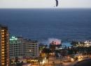 Ein Paraglider vor malerischer Kulisse.