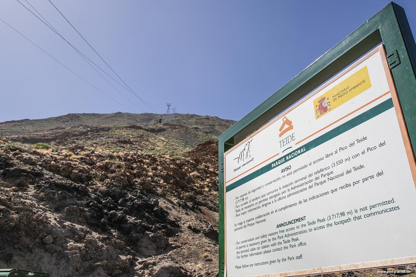 Dass man sich in einem Nationalpark befindet, wird spätenstens beim Blick auf dieses Schild deutlich: Wer bis ganz oben zum Gipfel möchte, benötigt eine Sondergenehmigung.