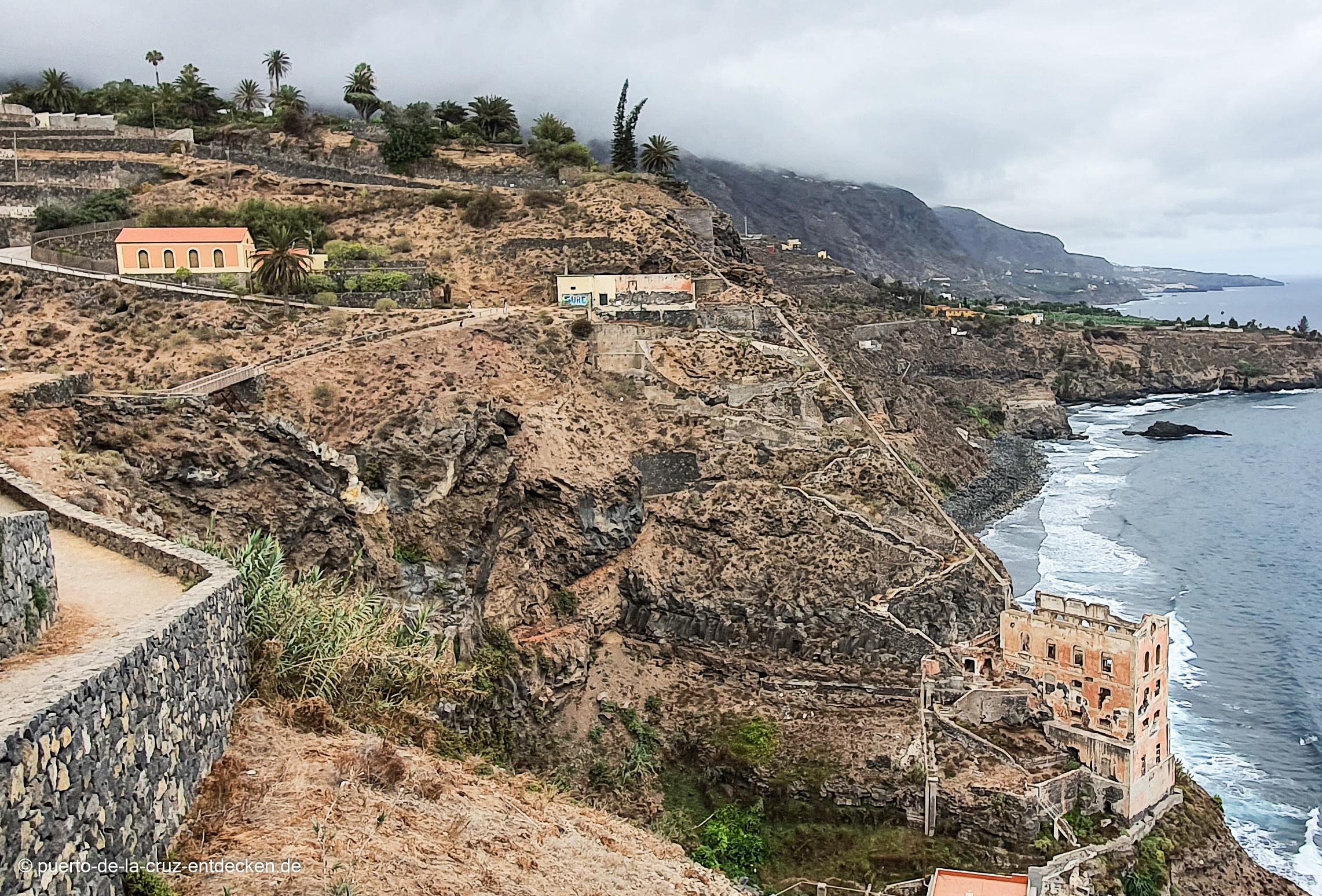 Hier sind die wesentlichen Bestandteile der Anlage zu erkennen: Unten an der Küste das Pumpenhaus, in der Mitte die Überreste des Maschinenhauses und links ein weiteres Gebäude.