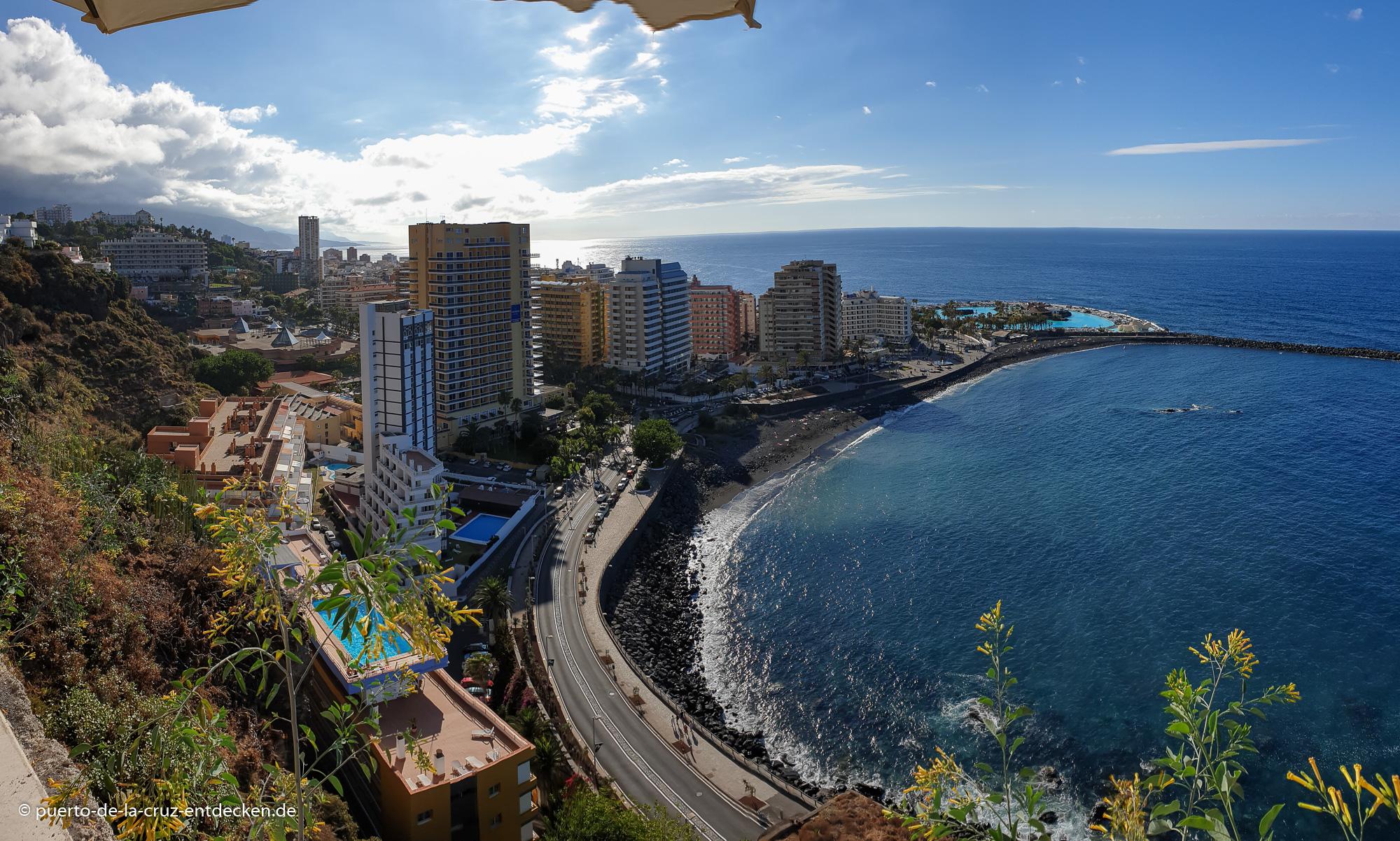 Blick von der Steilküste auf Puerto: Selbst die Hochhäuser wirken klein.