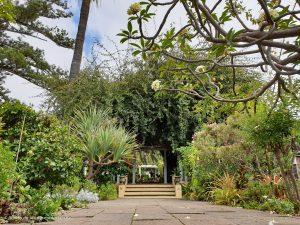 Über kleine Wege lässt sich die Gartenanlage erkunden.